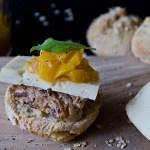 Miniburgery z polędwicą, kozim serem i brzoskwiniami