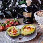 Awokado zapiekane z jajkami i chipsami parmeńskimi
