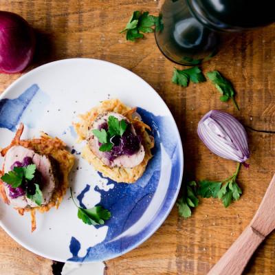 Chrupiące placuszki ziemniaczane z polędwiczką i chutneyem cebulowym