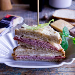 Le croque-monsieur czyli zapiekana kanapka z szynką i serem żółtym