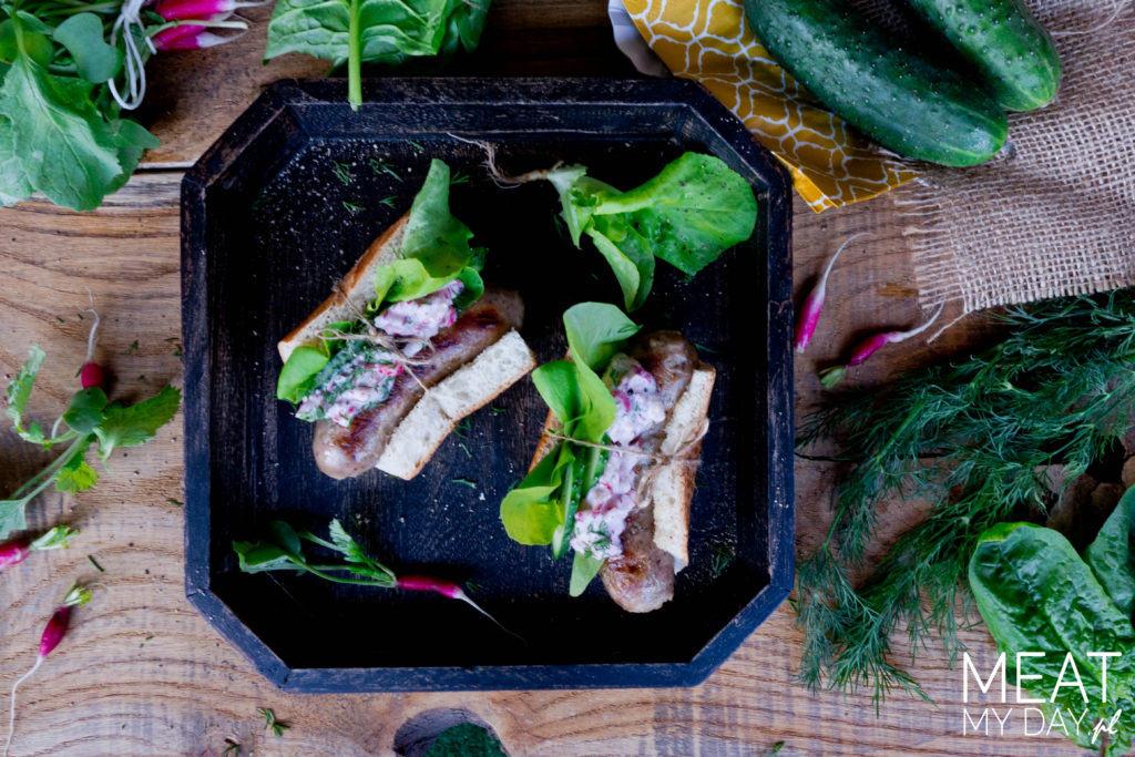 Hot-dog z białą kiełbaską, chrupiącymi warzywami i sosem chrzanowym