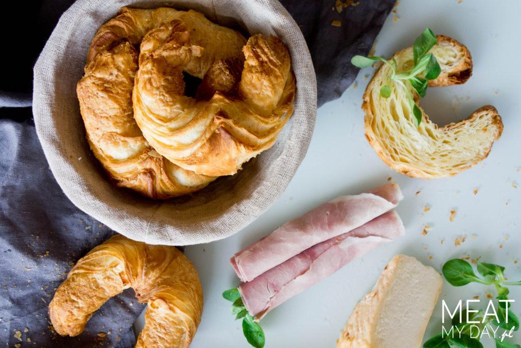 Croissant z szynką i serem