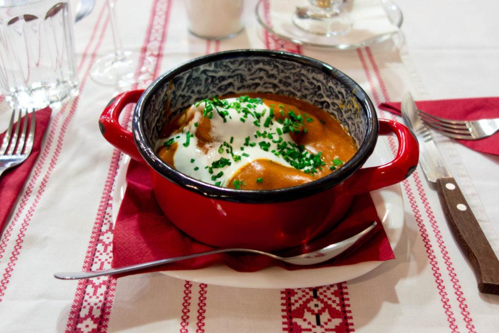 Busó Bistro - Naleśniki z sosem paprykowym