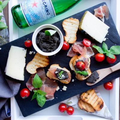 Hiszpańskie tapas z szynką serrano i serem manchego