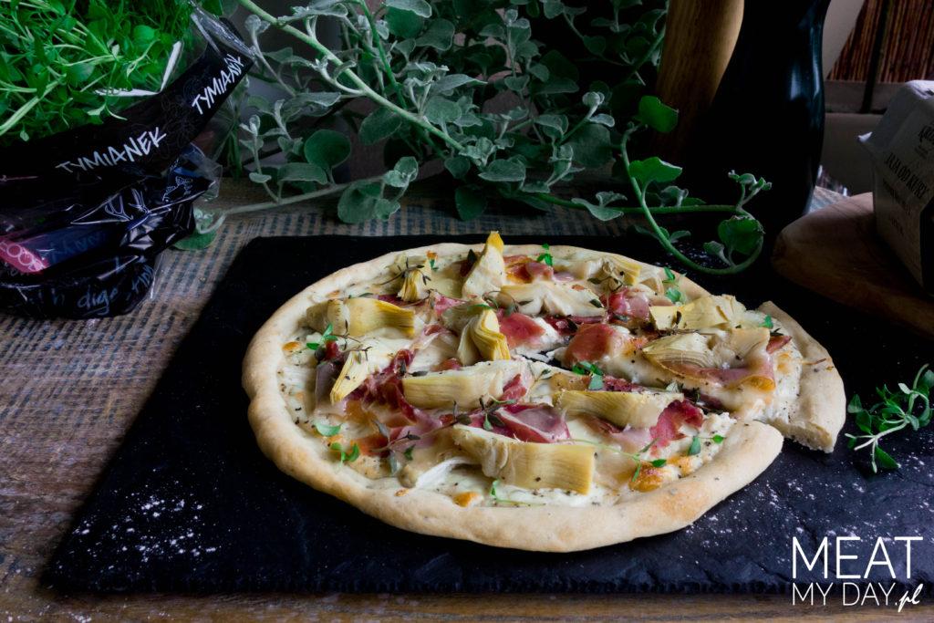 Pizza biała z karczochami, szynką i parmezanem