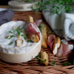 Przekąski - paluszki krakowskie z szynką szwarcwaldzką i pieczonym serem camambert