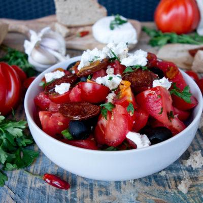 Sałatka z pomidorami, kozim serem i smażoną chorizo