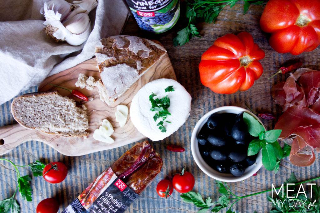 Sałatka z pomidorów, chorizo i koziego sera
