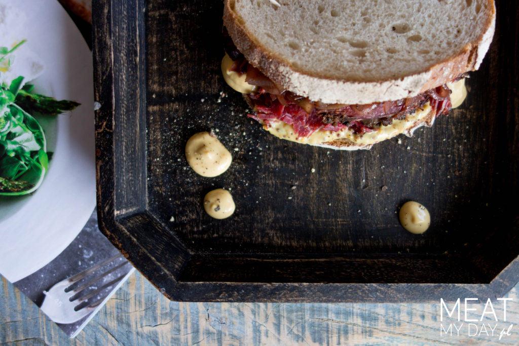 Kanapka pastrami i chutney z czerwonej cebuli