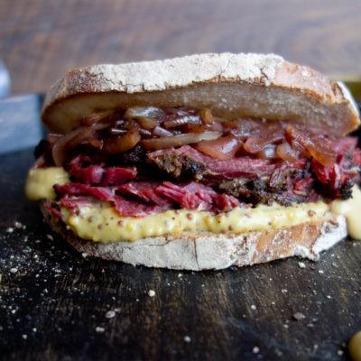 Pastrami i chutney cebulowy – kanapka