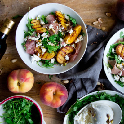 Sałatka z brzoskwiniami, mozzarellą i surową szynką