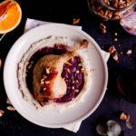Kacze udka confit z puré kalafiorowym i chutneyem z czerwonej cebuli