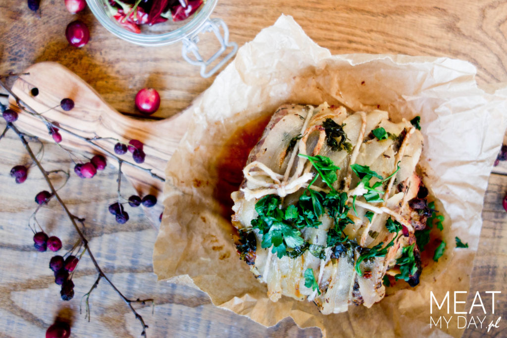 Schab faszerowany grzybami, gruszkami i boczkiem