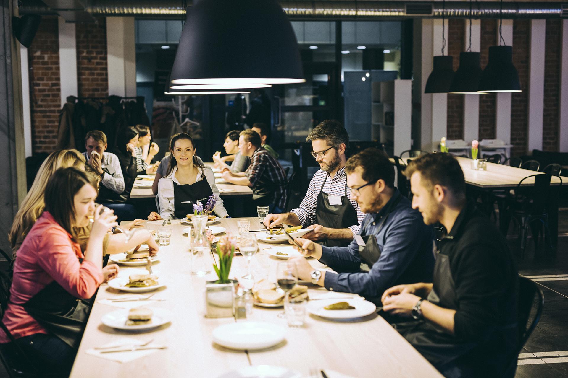 Znalezione obrazy dla zapytania wspolna kolacja