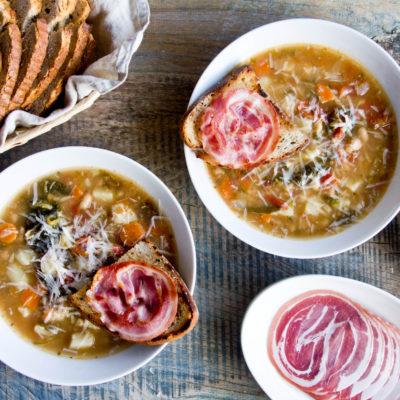 Ribollita – toskańska zupa z grzanką i pancettą