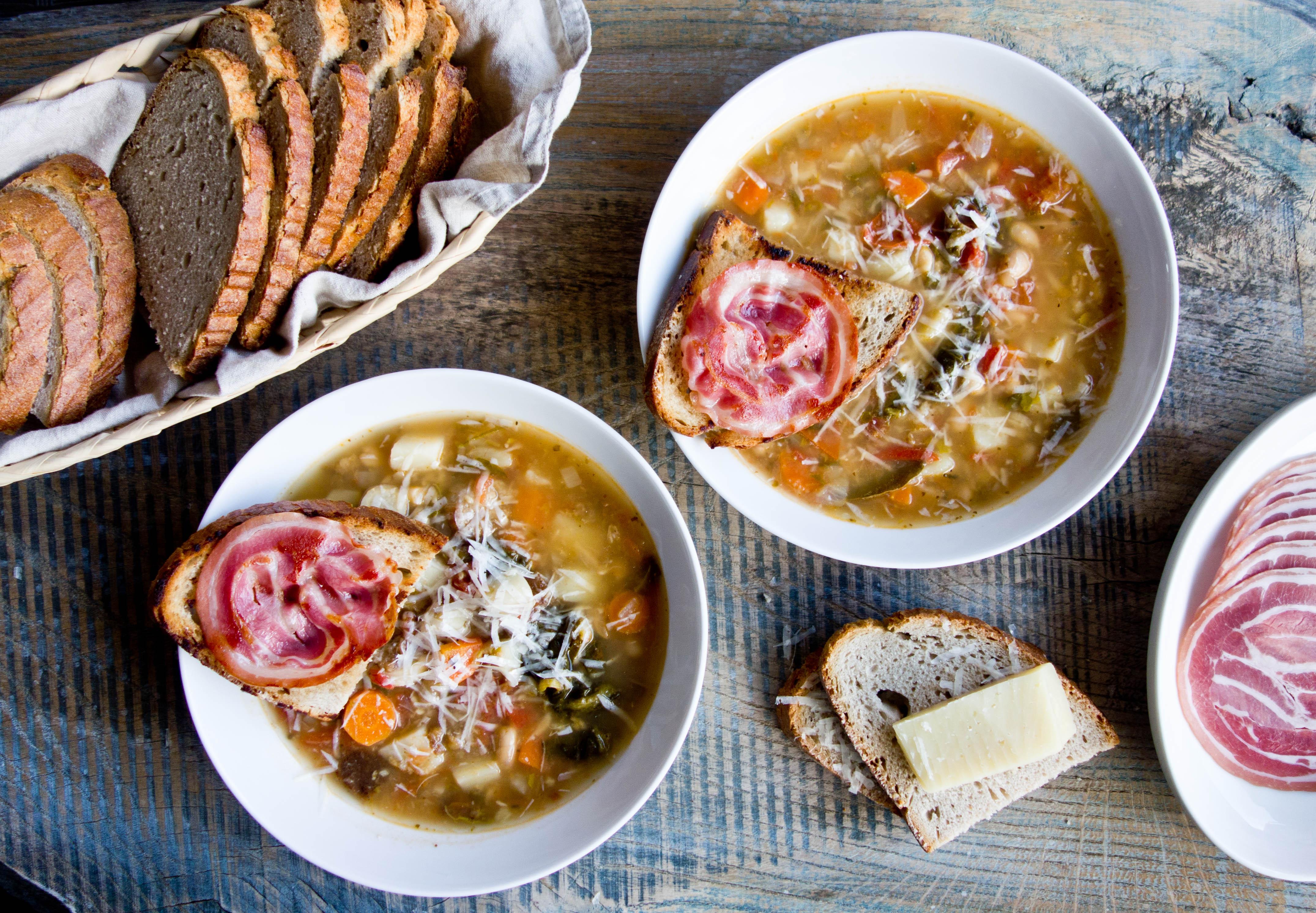 Ribollita - toskańska zupa z grzanką i pancettą