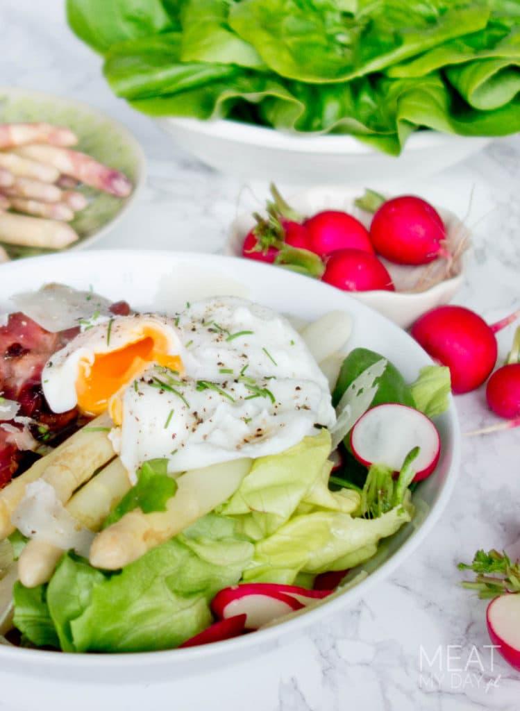 Sałatka z białymi szparagami i jajkiem pochet i boczkiem