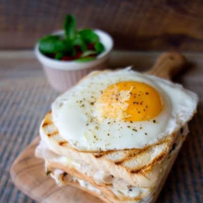 Croque Madame czyli tost francuski z indykiem i jajkiem