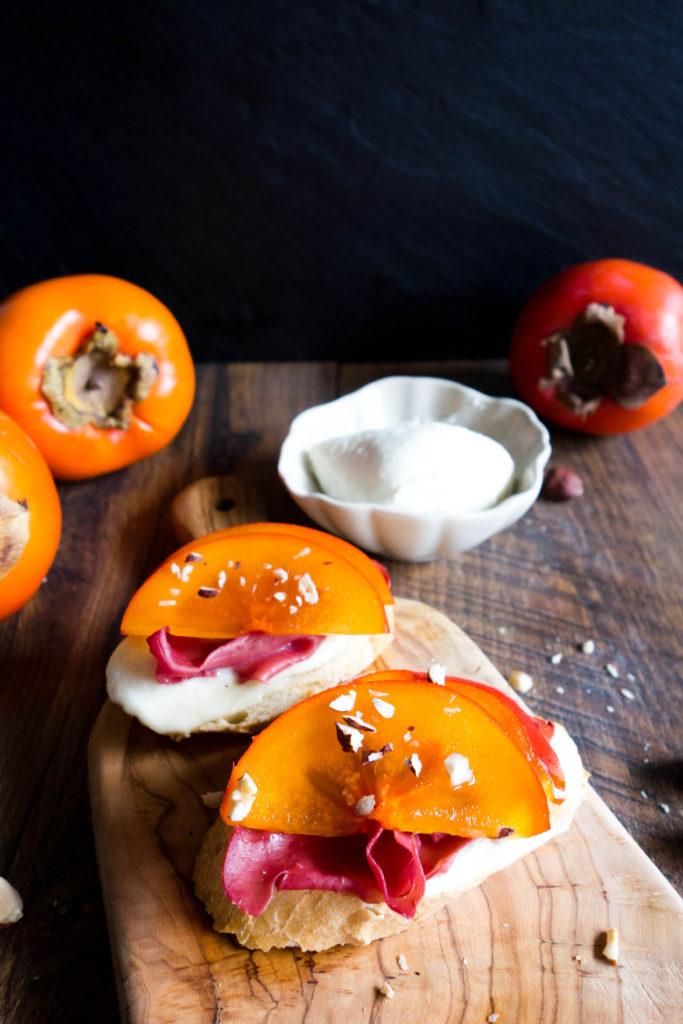Crostini z bresaolą, mozzarellą i persymoną