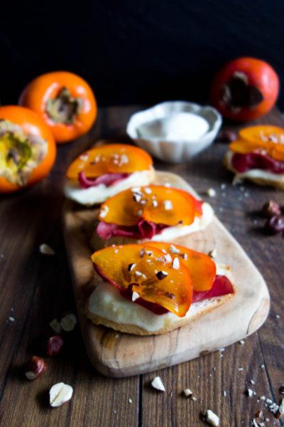 Przekąska na sylwestra – grzanki z mozzarellą, bresaolą i persymoną