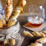 Przekąska na sylwestra – paluszki z ciasta francuskiego z boczkiem i posypkami