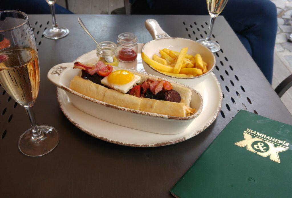 Hot-dog i szampan we Lwowie