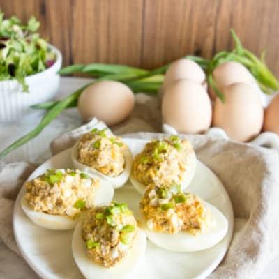 Jaja faszerowane białą kiełbaską