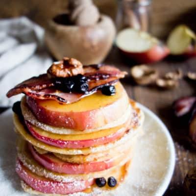 Pancakes z boczkiem i jabłkami